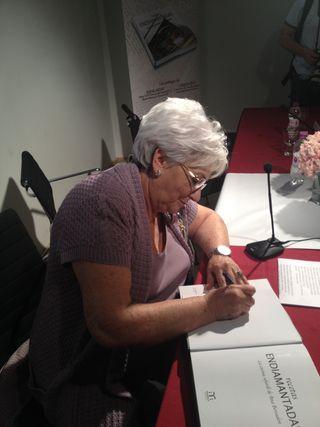 Anita Bensadón firmando libros el día de su presentación