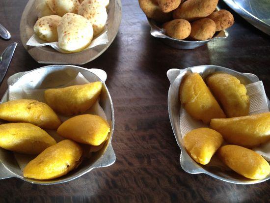 Especialidades del desayuno minero. Empanadilla de angú con carne seca, boliño de mandioca con queso minero, pao de queijo, bolo de fobá, maíz
