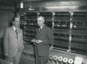EDVAC. VonNeumann y Oppenheimer aparecen en primer plano.