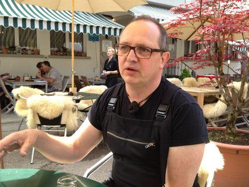 El cocinero Stefan Wiesner, apodado el brujo, en la terraza de su restaurante, en plena naturaleza