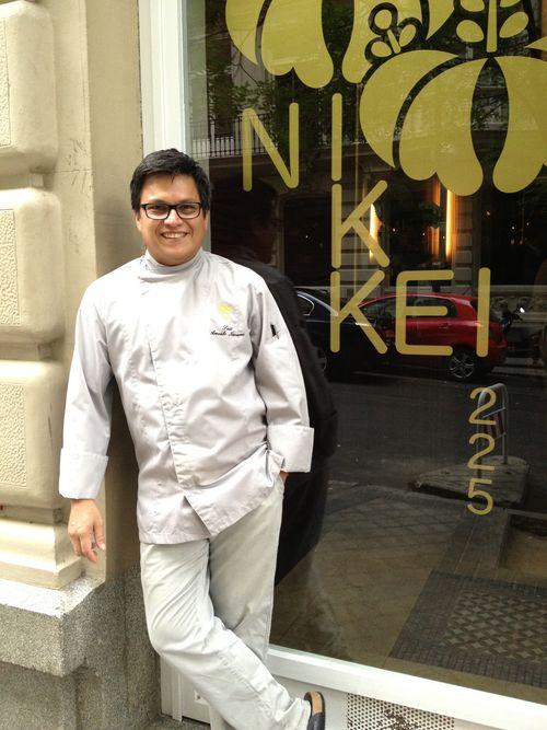 El peruano Luis Arévalo en la puerta de su restaurante Nikkei 225 en Madrid