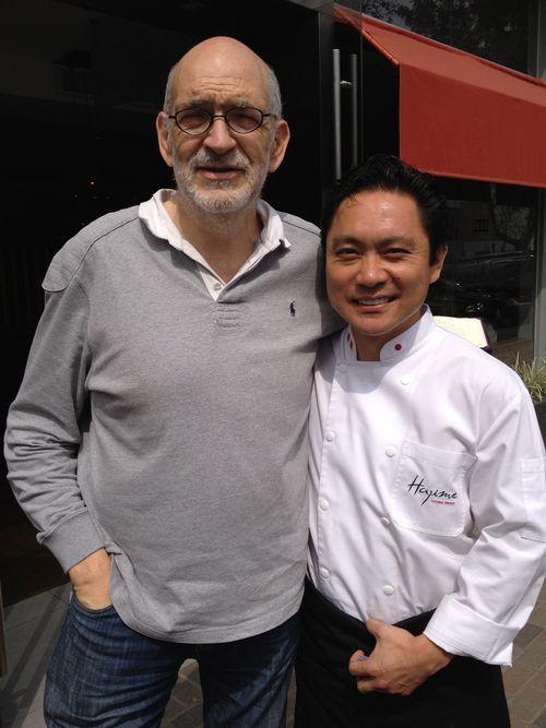 El periodista español Igancio Medina y el cocinero peruano Hajime Kasuga, en la puerta de su nuevo restaurante Ache en Lima coincidiendo con la celebración de la feria Mistura