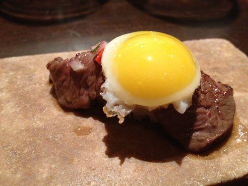 Nigiri de entraña a lo pobre sopleteada, huevo de codorniz, ponzu y chalaca, restaurante Maido