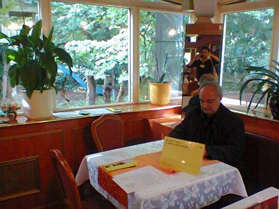 Documenta13.Enrique Vila-Matas en la mesa del restaurante chino residencia escritores dCOUMENTA 13