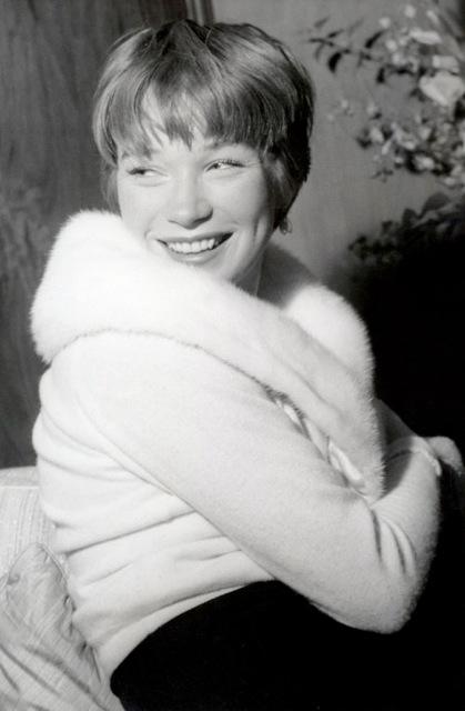 Shirley MacLaine sufrió durante el rodaje una crisis personal que coincidió con la de su personaje.