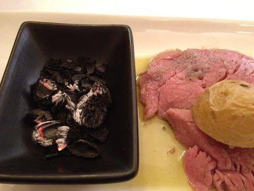 Tiernísimo lomo de ternera asado al aroma de carbón de cáscaras de almendra