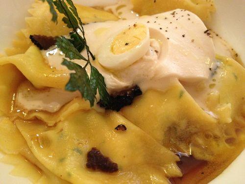 Raviolis rellenos de sopa (jugo), cubierto por falso magro, un fiambre de carne asado típico de Sicilia con huevo