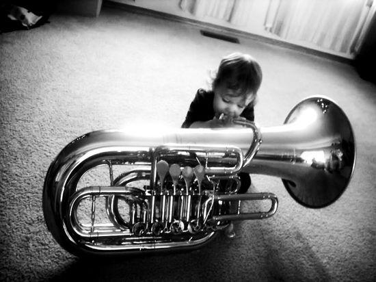 Niño con tuba