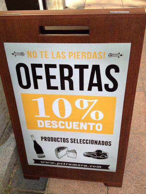 Cartel anunciando rebajas en la tienda de Petra Mora