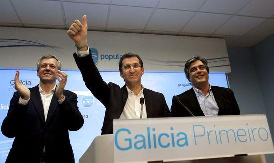 Feijóo -en el centro- celebra su victoria junto a Rueda y Puy