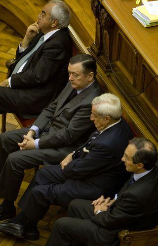 Sáenz (segundo por la izquierda) en el banquillo con los otros acusados