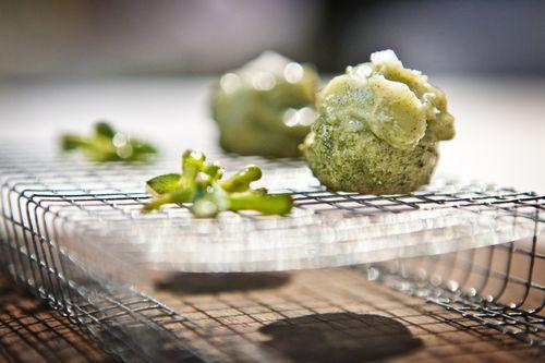 Magdalenas de alga kombu con manteca de cerdo ibérico