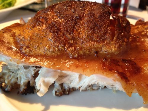 Porción de cochinillo, carne blanca y piel crujiente