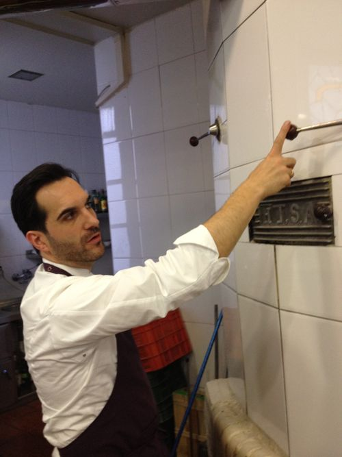 Mario Sandoval regulando la salida de humo y vapor del horno que ocupa un lateral de sus cocinas