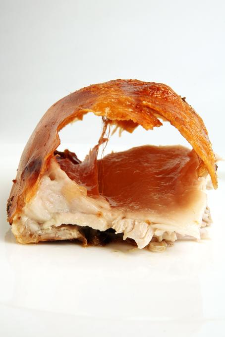 Pieza recién asada, con corteza inflada como los patos al estilo pekinés