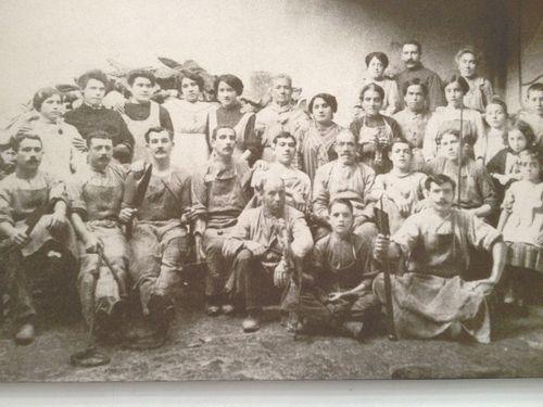 Fotografía de los primeros trabajadores de la fabrica La Luna fundada en 1900