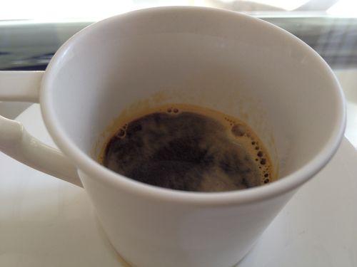 Cafe negro como el carbón, amargo, con un 50% de torrefacto, esa lacra que nos persigue