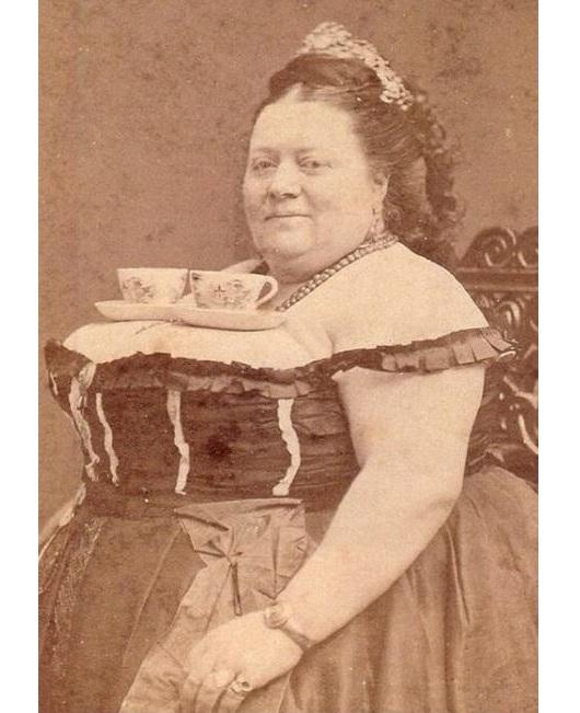 Mujer con tazas