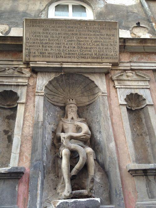 Frontispicio en homenaje al rey Felipe IV de España en el corazón del mercado junto al Instituto Cervantes