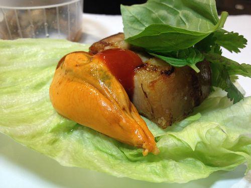 Saam de panceta ibérica a la brasa con mejillones, shitakes encurtidos y dos salsas: shirasa y tártara. Un plato en el que cada comensal tiene que enrollar en lechuga los distintos ingredientes del plato.
