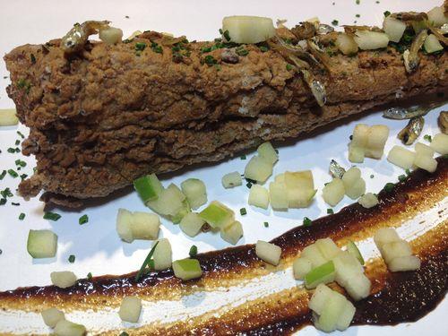 Fritura de costilla de mar (ala de raya) adobada en judías negras encurtidas. Condimento de mini sardinas crujientes, jabugo y spicy lemon. Rústico y delicado al mismo tiempo. La vista engaña. Aún así es el plato más canalla de todo el repertorio