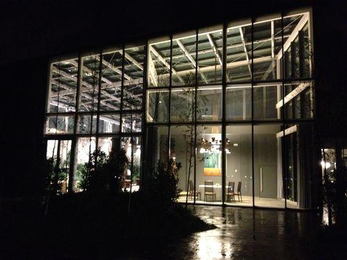 Vista nocturna del gigantesco cubo de cristal donde se aloja Azurmendi