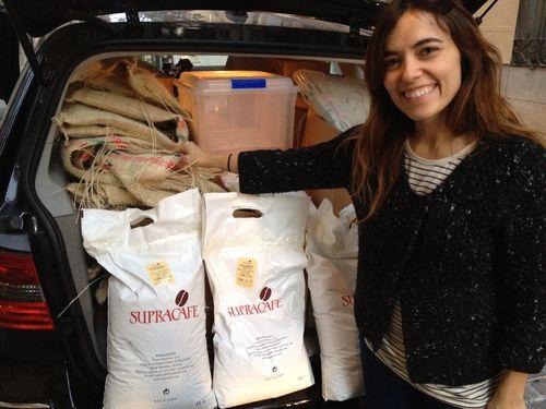 Patricia Alda mostrando la maleta de su coche cargado de sacos de café recién tostados