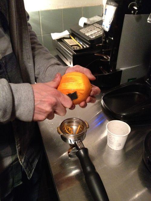 Prepaando un espresso creativo con aroma a cáscara de naranja