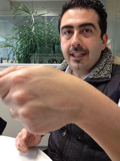 Luigi Dattilo, director de Appennino Food, mostrando la manera de descubrir el aceite sintético malo. Si se echa una gota en el dorso de la mano y se frota el aroma se volatiliza enseguida y deja notas rancias derivadas de la formalina