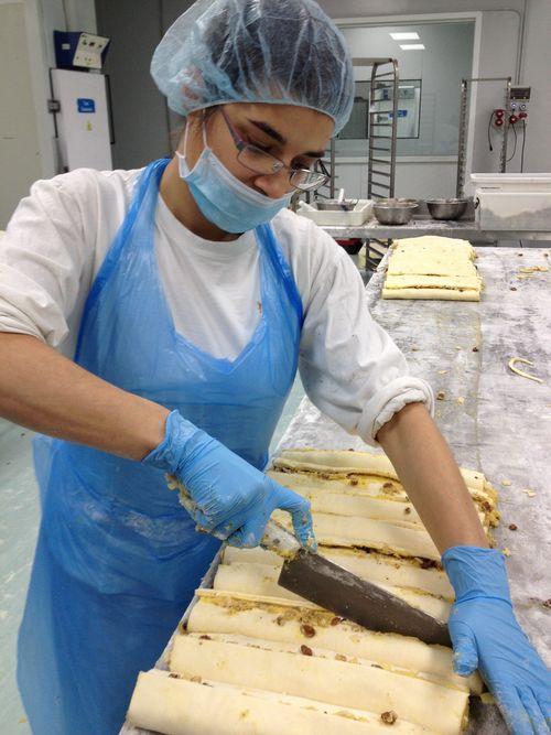 Operaria trabajando en el obrador que fabrica las trenzas de Mercadona, asepsia y labor artesanal en todas las fases del proceso