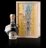 Botella con forma de bombilla invertida, diseñada por Giorgetto Giugiaro, que obligatoriamente contiene todos los acetos asociados al Consorcio