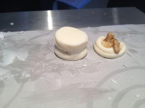 Macarron helado de queso fresco y nueces, una delicia