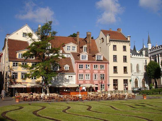Terrazas en una plaza de Riga (Letonia).