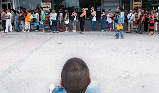 Fila de españoles en busca de empleo