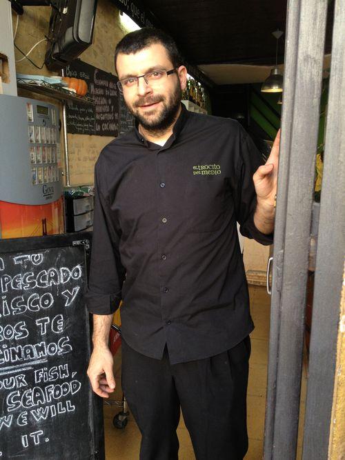 Paco Ferrer a la puerta de su local