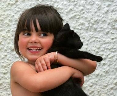 Niño con  gato negro