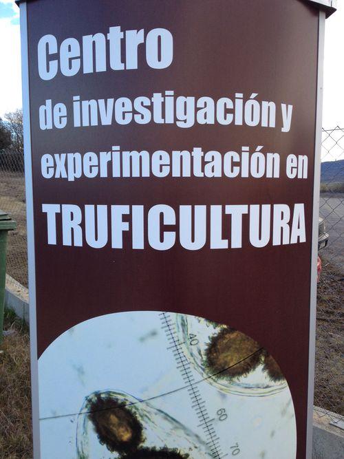 Cartel a la entrada del Centro de Truficultura