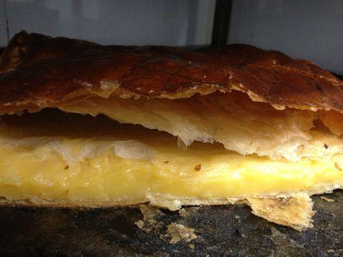 Hojaldre relleno de crema pastelera, lo básico convertido en suculenta golosina
