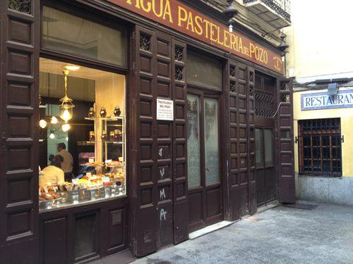 Fachada de la pastelería que se mantiene igual desde la fecha de fundación en Madrid en 1830. Recuerda una estampa costumbrista del XIX