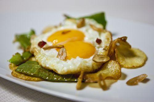 Huevos fritos con pimientos verdes, patatas y ajos de Rodrigo de la Calle