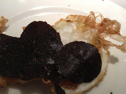 Huevos fritos con trufa negra de Huesca de Carmelo Bosque