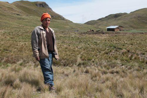 Jaime Chaupe delante de su casa, cerca de la laguna Conga, en Cajamarca (Perú)