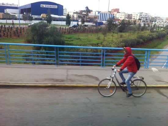 Un joven circula por una de las autopistas de Casablanca. P.L.