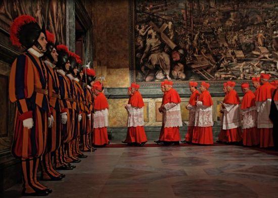 Cardenales entrando en el cónclave