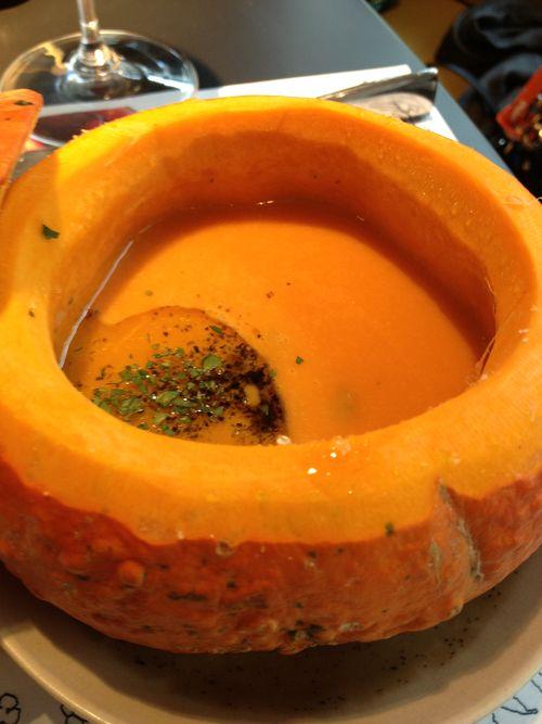 Crema de calabaza con erizos, incluida en el brunch de Arola por similitud cromática con los colores favoritos de la marca Melinda Gloss