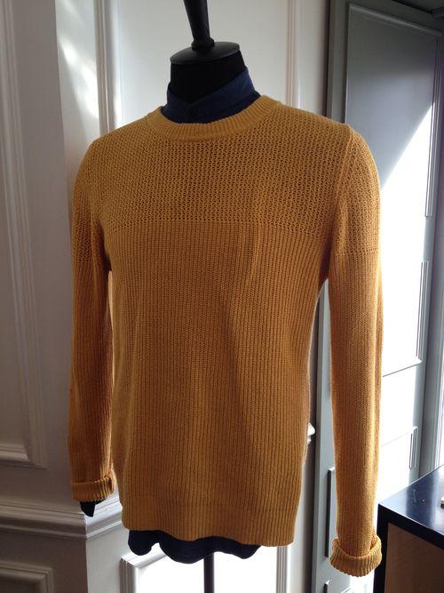 Prenda de Melinda Gloss, colgada en el comedor del hotel W Opera. Color amarillo mostaza que sirve de inspiración a alguno de los platos del menú del mes