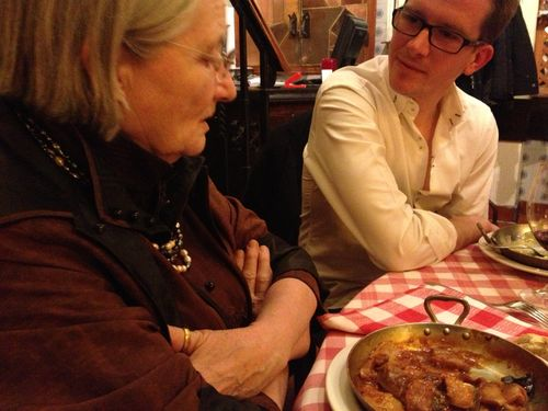 Danièle Delpeuche delante de un plato de callos a la madrileña en el restaurante Dantxari