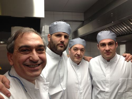 Ricardo Gil (a la izquierda) con sus ayudantes en la cocina de Green & More