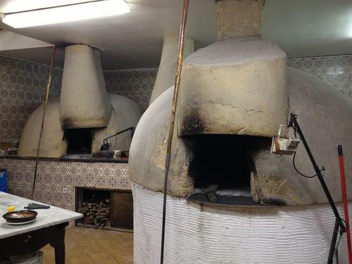 Hornos de adobe que ocupan las cocinas de Manix