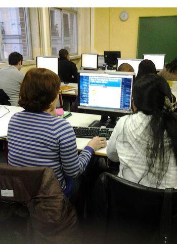 Estudiantes en el aula del Centro Público de Educación de Adultos del Distrito Centro de Madrid.
